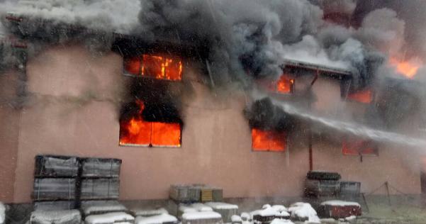 f425b3cc3a4b18 У селі Нересниці на Закарпатті горить чотириповерховий торговий центр У  Сасина Пожежу вдалося локалізувати о 08.35, проте ліквідація триває досі,  ...