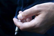 Сигарета в руці