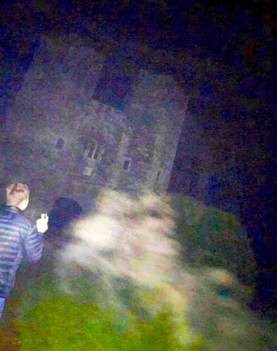 Женщина сфотографировала призрака встаринном британском замке