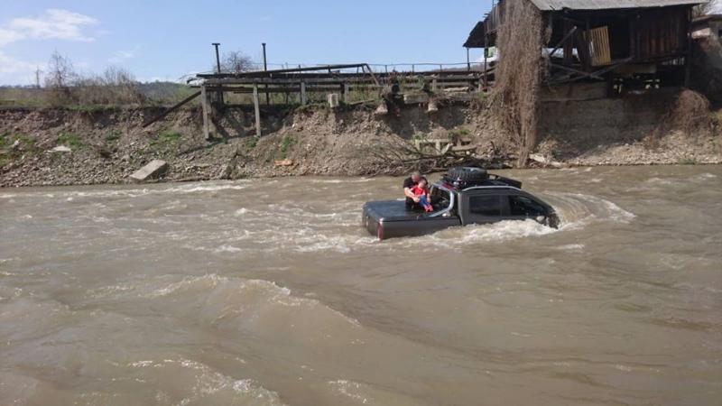 Авто у річці