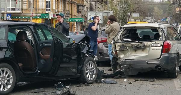 В центре Киева водитель устроил пьяное лобовое ДТП на встречной полосе: опубликованы фото
