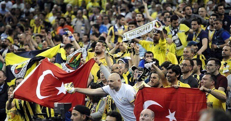 Брошенный вголову тренера Бешикташа предмет прервал полуфинальный матч Кубка Турции