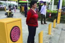 У Китаї пішоходів-порушників обливають водою