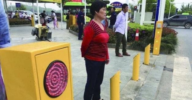 В «Поднебесной» нарушающих ПДД пешеходов будут обливать водой