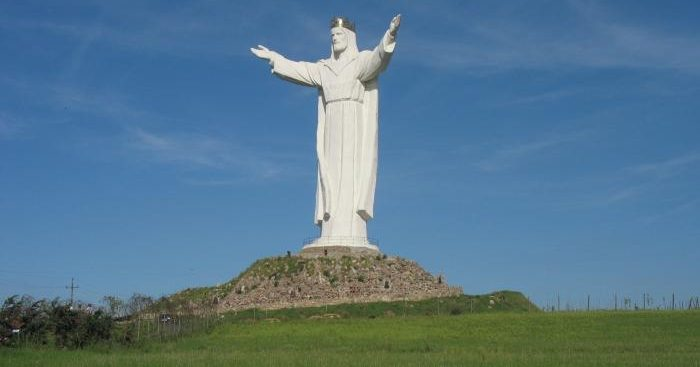 Скульптура Иисуса Христа вПольше начала раздавать Интернет