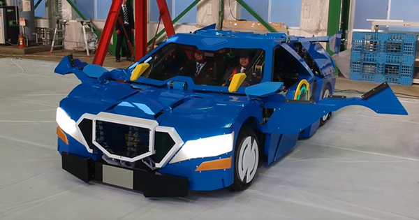 ВЯпонии создали реального робота-трансформера, способного превращаться вавтомобиль