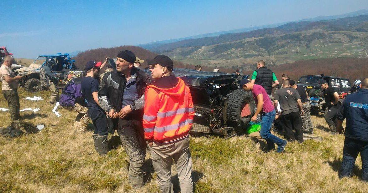 Внедорожник вКарпатах слетел сгоры: опубликовано фото, видео