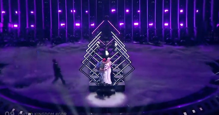У английской  участницы Евровидения отобрали микрофон насцене видео