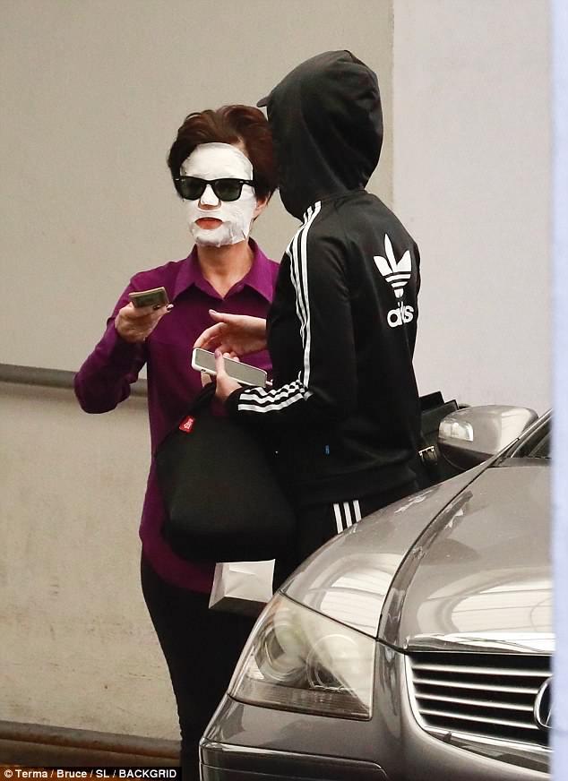Кетті Перрі гуляє вулицею у масці для обличчя