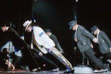 Нахил Майкла Джексона на 45 градусів
