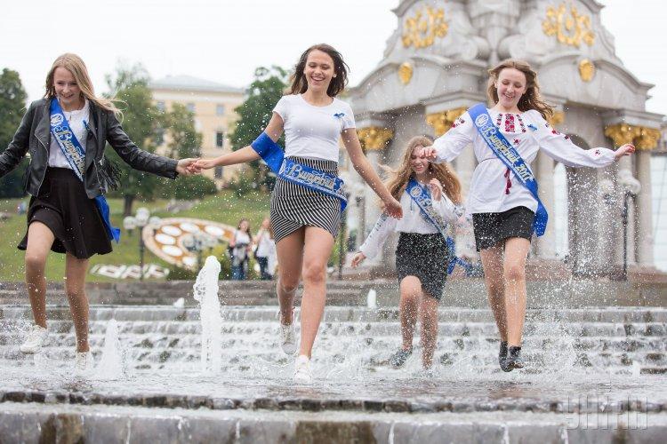 Останній дзвоник в Україні пролунав для рекордно малої кількості ... 54bfa902a7453