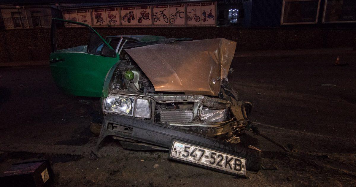 3d0bc4e68da5 В Киеве на улице Святошинской автомобиль Volkswagen Passat врезался в  столб, в результате чего пострадали 3 человека, сообщает Информатор .
