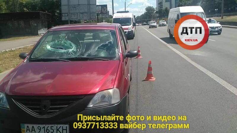 У Києві шматок бетону впав на Renault