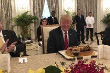 Дональду Трампу подарували торт