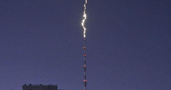 Блискавка в Києві влучила в телевишку на Дорогожичах