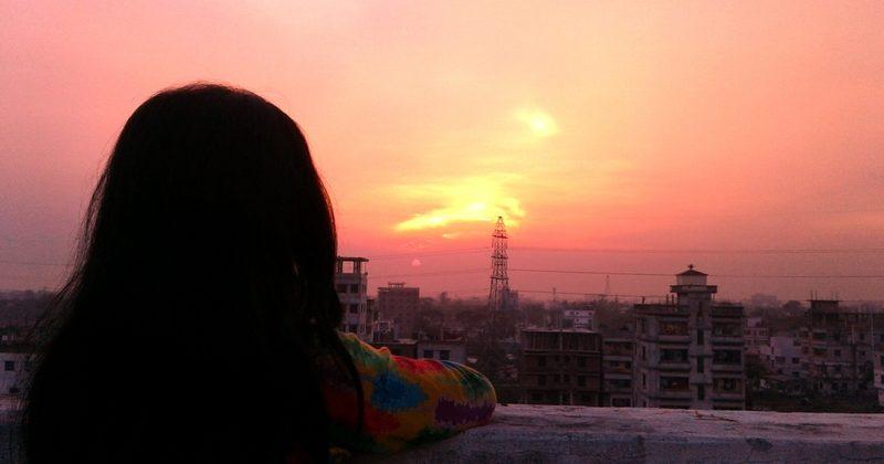 Дівчина на даху