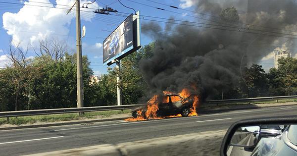 У Києві посеред дороги горить автомобіль