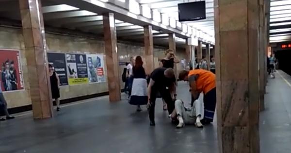 Поліцейський побив пасажира в метро