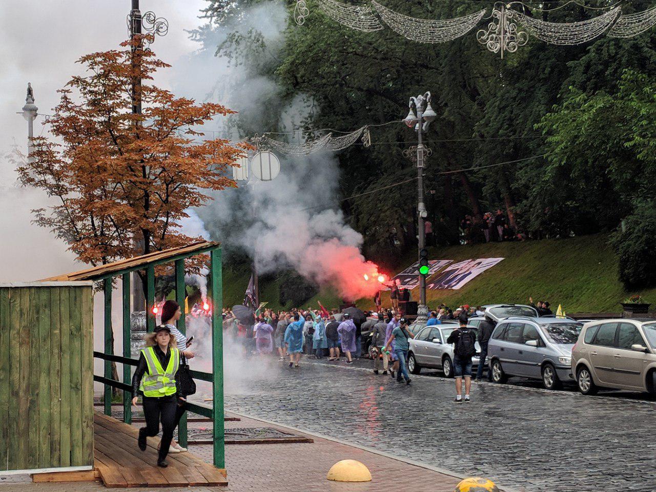 Під Радою запалили димові шашки