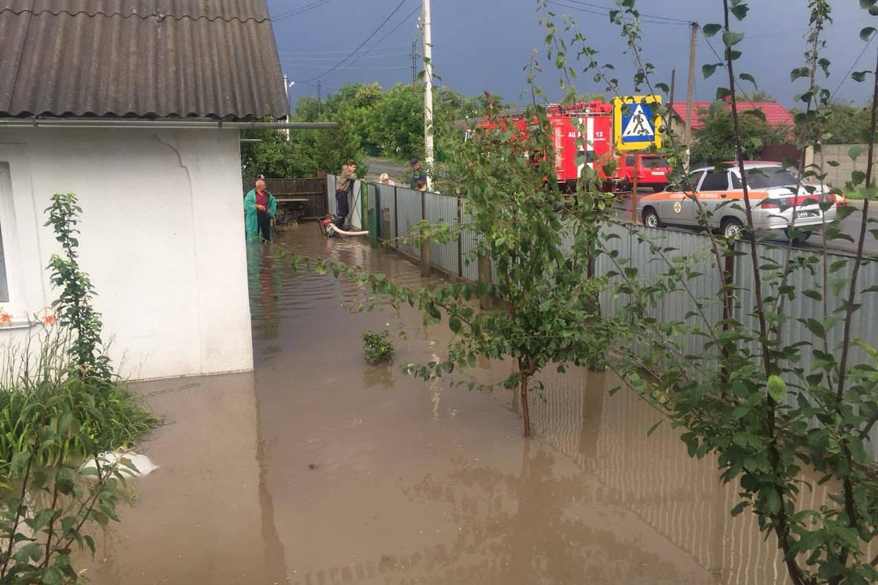Злива підтопила будинки