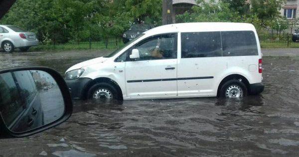 Мощнейший ливень вКиеве: машины плавают позатопленным улицам