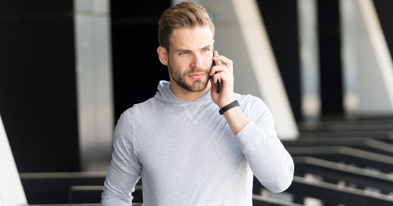 Чоловік розмовляє по смартфону