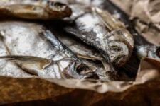 Селедка в грязном рассоле: как выбирать рыбу в магазине, чтобы не отравиться