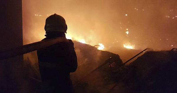 У Мукачеві на Закарпатті сталася пожежа на складах підприємства Нова пошта.  Вогонь охопив площу 2 тис. 400 кв.м. Жертв і постраждалих немає. 0f3e83e9d0611