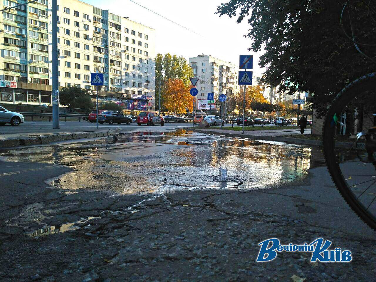 Проспект Перемоги у Києві залило водою