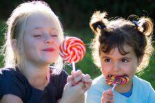 Діти з цукерками
