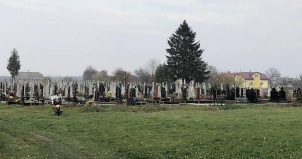 Мертве немовля на кладовищі