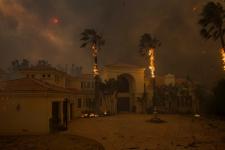 Пожежа у Каліфорнії: евакуювали Кім Кардашян і Леді Гагу, згоріли тисячі будинків