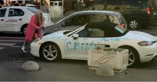 Відео дня: блондинка сокирою порубала Porsche вцентрі Києва