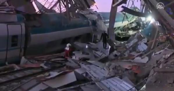Купа металу і розкидані уламки. З'явилося відео з місця зіткнення потягів в Анкарі