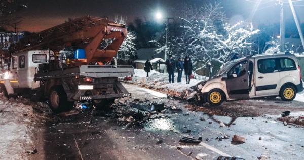 Смертельна ДТП під Києвом: легковик протаранив автовишку