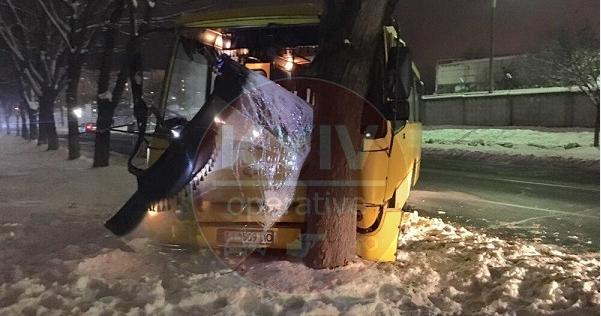 Намагався об'їхати пішохода: у Києві автобус з пасажирами врізався у дерево