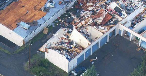 Валив дерева і зривав дахи: на Вашингтон обрушився торнадо