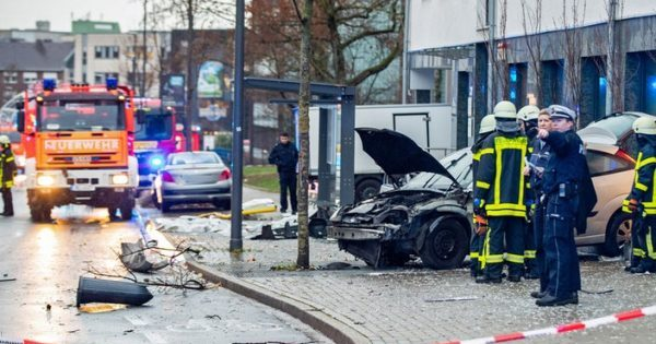 У Німеччині автомобіль влетів у зупинку з людьми – багато постраждалих