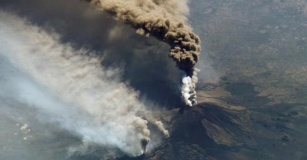 Стовпи пилу: в Італії прокинувся вулкан Етна