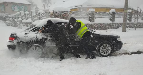 Негода в Україні: сотні людей у заметах на трасах, знеструмлено 556 сіл