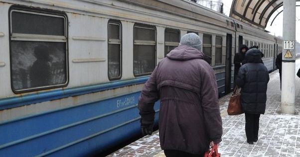 Вдарили по обличчю і голові: на Львівщині в електричці напали на поліцейську
