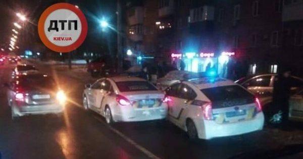 Два поліцейських авто зіткнулися на смузі громадського транспорту у Києві
