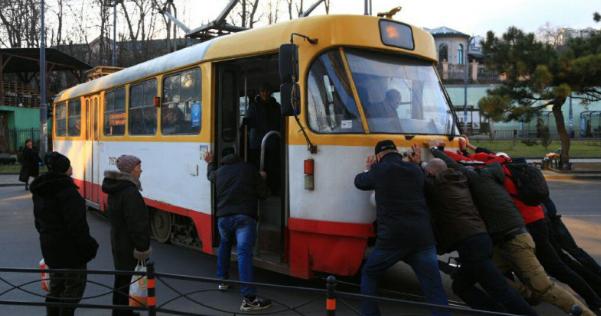 """Зламався посеред дороги: в Одесі пасажири """"грілися"""", штовхаючи трамвай"""