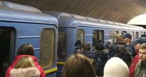 НП у метро Києва: чоловік впав під потяг