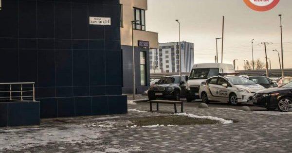 У Києві дівчина викинулася з 23 поверху, залишивши три записки