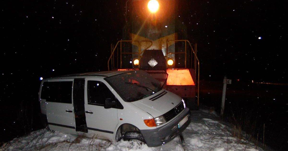 На Буковині мікроавтобус зіткнувся з поїздом – є постраждалі