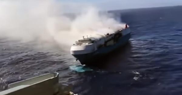 4 моряки загинули, 16 врятовані: в Тихому океані дрейфує палаюче судно з тисячами авто