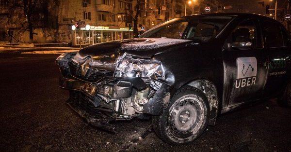 У Києві Uber протаранив авто поліції, є постраждалі
