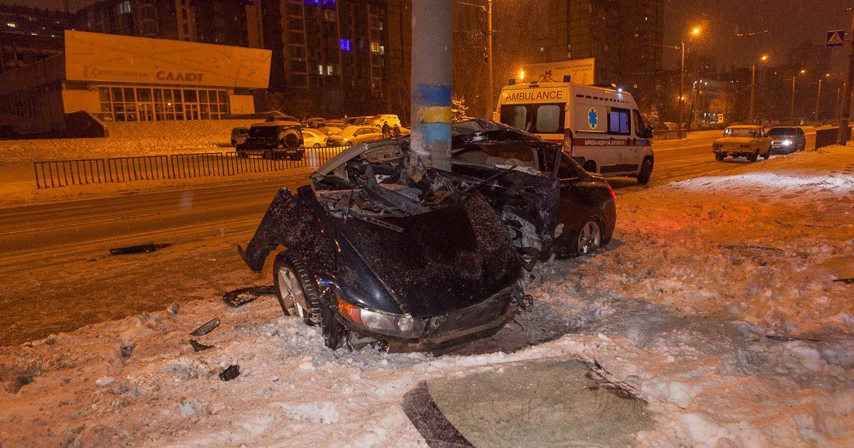 Розірвало на частини: у Дніпрі авто врізалося в стовп