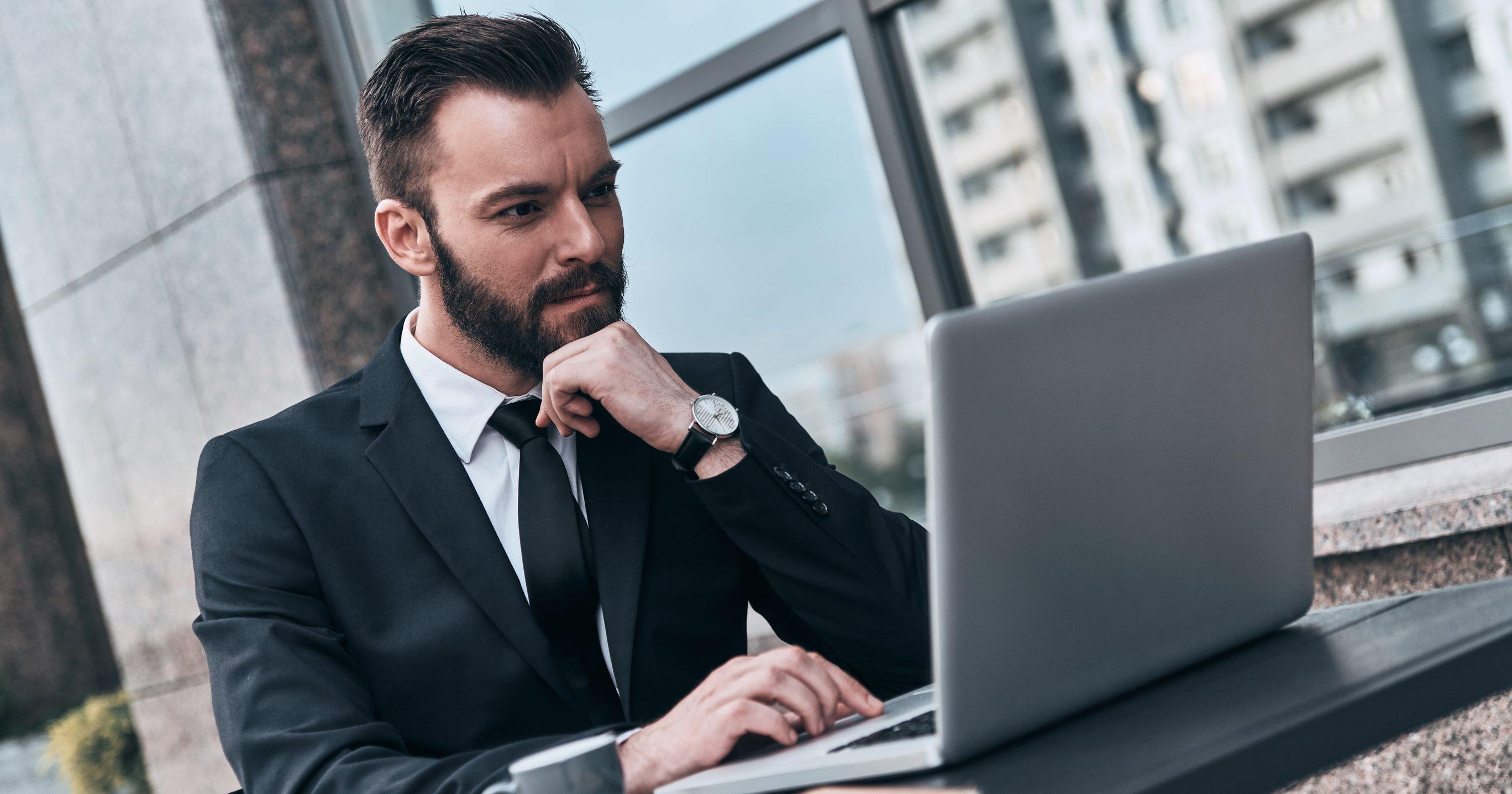 Чоловік з ноутбуком. Концентрація